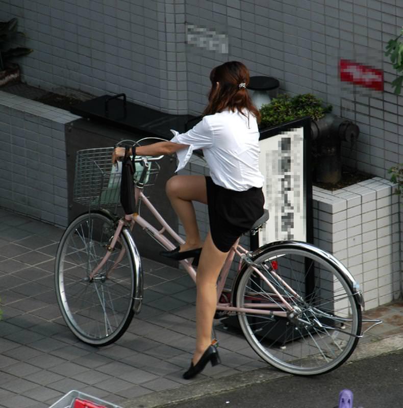 【自転車OLエロ画像】OLスーツのタイトスカートの太ももや美尻、パンチラが堪らなさすぎるOL自転車のエロ画像集!ww【80枚】 06