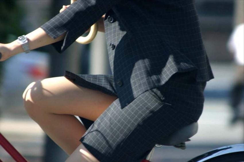 【自転車OLエロ画像】OLスーツのタイトスカートの太ももや美尻、パンチラが堪らなさすぎるOL自転車のエロ画像集!ww【80枚】 09