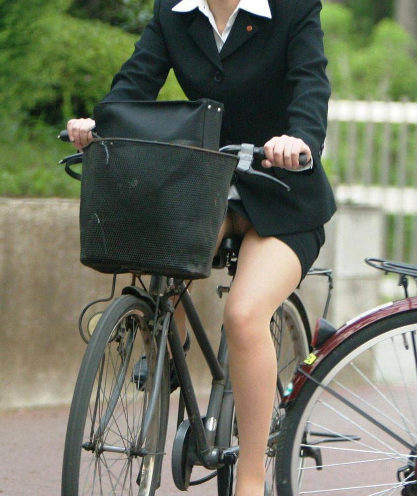 【自転車OLエロ画像】OLスーツのタイトスカートの太ももや美尻、パンチラが堪らなさすぎるOL自転車のエロ画像集!ww【80枚】 12