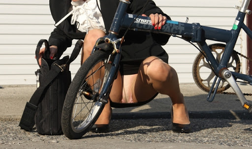 【自転車OLエロ画像】OLスーツのタイトスカートの太ももや美尻、パンチラが堪らなさすぎるOL自転車のエロ画像集!ww【80枚】 13