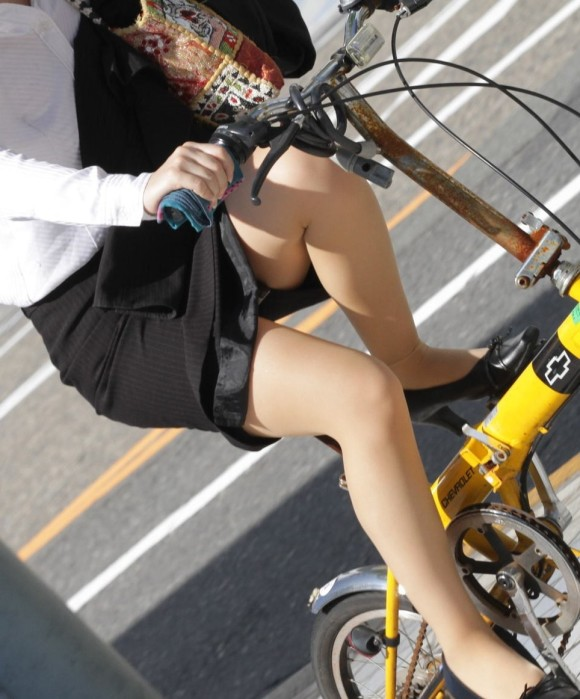 【自転車OLエロ画像】OLスーツのタイトスカートの太ももや美尻、パンチラが堪らなさすぎるOL自転車のエロ画像集!ww【80枚】 15
