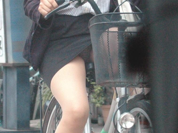 【自転車OLエロ画像】OLスーツのタイトスカートの太ももや美尻、パンチラが堪らなさすぎるOL自転車のエロ画像集!ww【80枚】 16