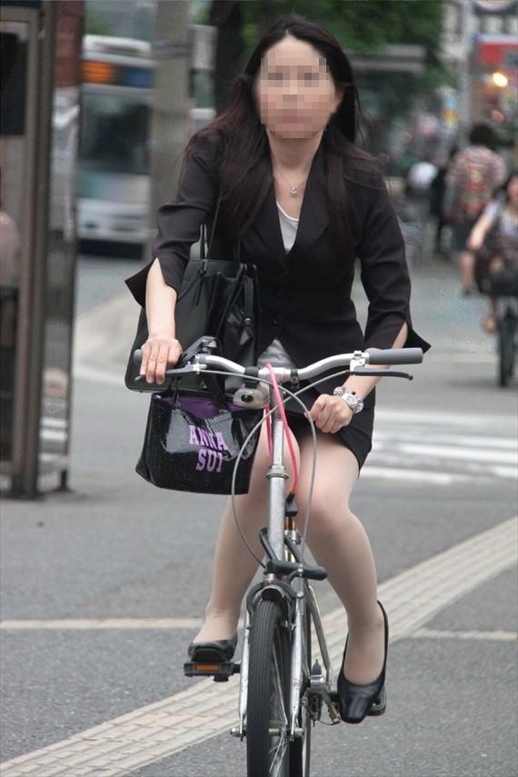 【自転車OLエロ画像】OLスーツのタイトスカートの太ももや美尻、パンチラが堪らなさすぎるOL自転車のエロ画像集!ww【80枚】 21