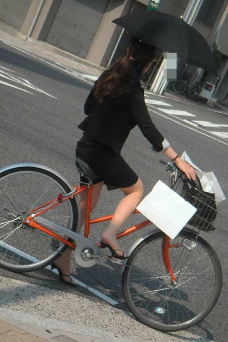 【自転車OLエロ画像】OLスーツのタイトスカートの太ももや美尻、パンチラが堪らなさすぎるOL自転車のエロ画像集!ww【80枚】 24