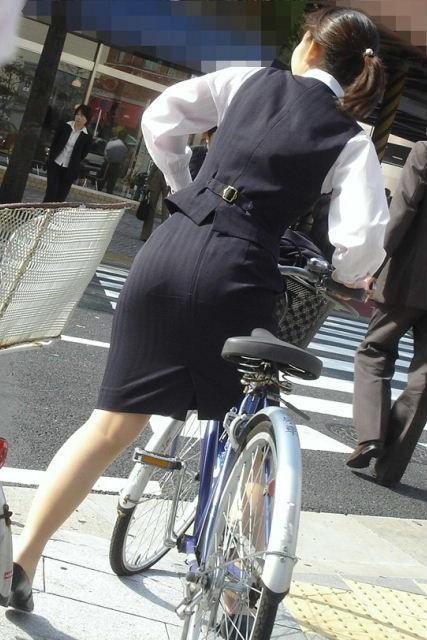 【自転車OLエロ画像】OLスーツのタイトスカートの太ももや美尻、パンチラが堪らなさすぎるOL自転車のエロ画像集!ww【80枚】 25