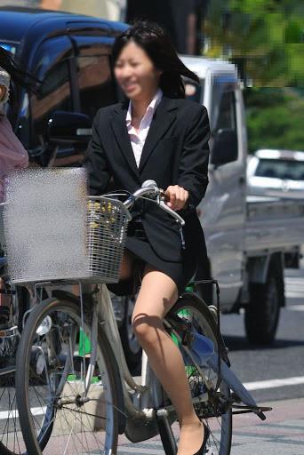 【自転車OLエロ画像】OLスーツのタイトスカートの太ももや美尻、パンチラが堪らなさすぎるOL自転車のエロ画像集!ww【80枚】 26