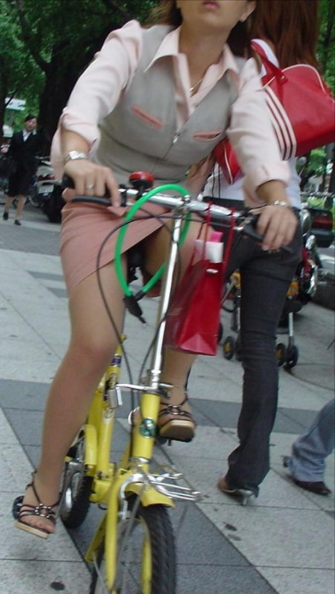 【自転車OLエロ画像】OLスーツのタイトスカートの太ももや美尻、パンチラが堪らなさすぎるOL自転車のエロ画像集!ww【80枚】 28