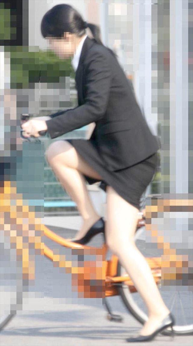 【自転車OLエロ画像】OLスーツのタイトスカートの太ももや美尻、パンチラが堪らなさすぎるOL自転車のエロ画像集!ww【80枚】 31