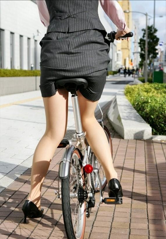 【自転車OLエロ画像】OLスーツのタイトスカートの太ももや美尻、パンチラが堪らなさすぎるOL自転車のエロ画像集!ww【80枚】 32