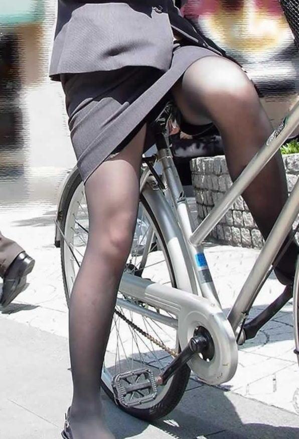 【自転車OLエロ画像】OLスーツのタイトスカートの太ももや美尻、パンチラが堪らなさすぎるOL自転車のエロ画像集!ww【80枚】 33