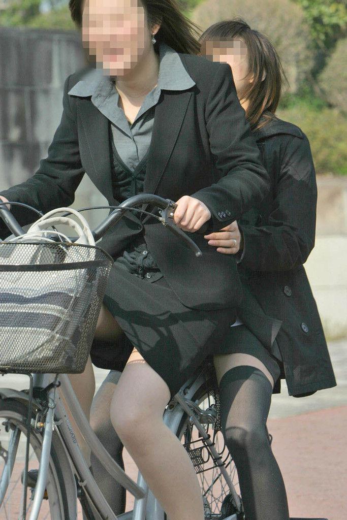 【自転車OLエロ画像】OLスーツのタイトスカートの太ももや美尻、パンチラが堪らなさすぎるOL自転車のエロ画像集!ww【80枚】 34