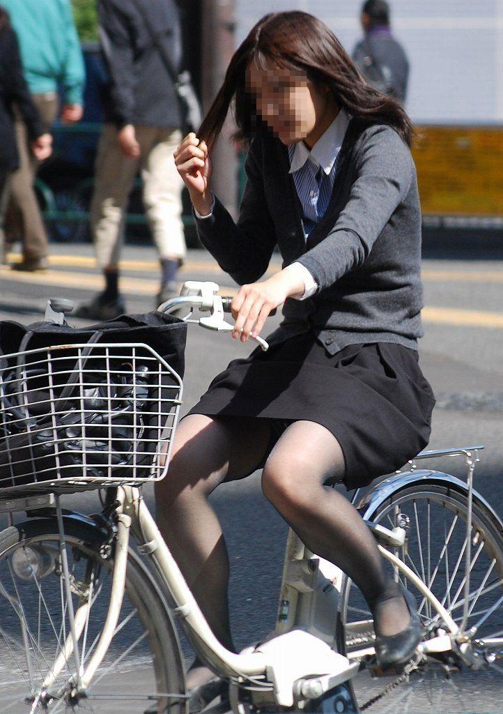 【自転車OLエロ画像】OLスーツのタイトスカートの太ももや美尻、パンチラが堪らなさすぎるOL自転車のエロ画像集!ww【80枚】 36