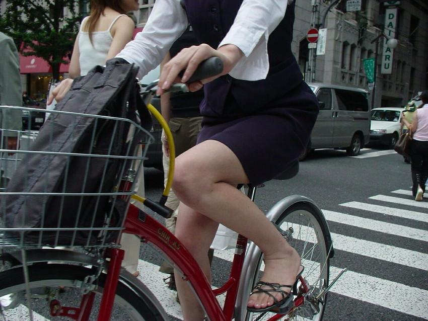 【自転車OLエロ画像】OLスーツのタイトスカートの太ももや美尻、パンチラが堪らなさすぎるOL自転車のエロ画像集!ww【80枚】 39