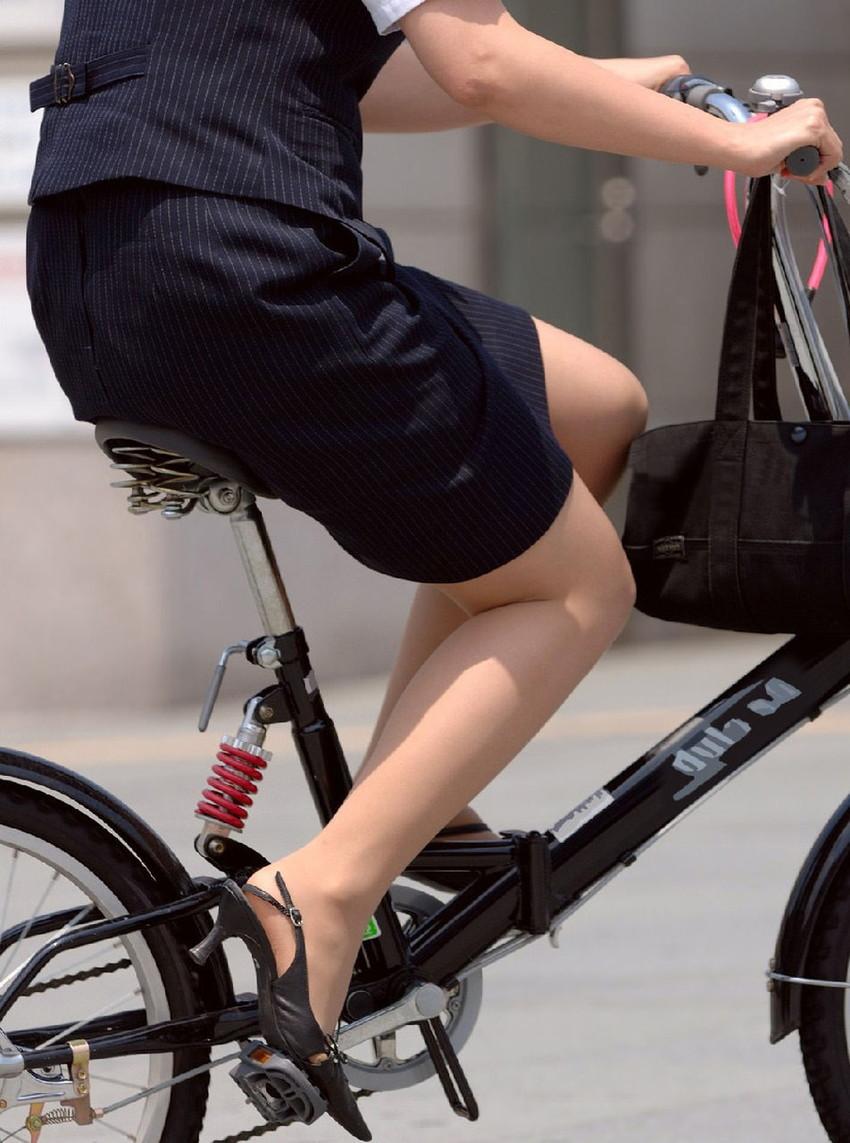 【自転車OLエロ画像】OLスーツのタイトスカートの太ももや美尻、パンチラが堪らなさすぎるOL自転車のエロ画像集!ww【80枚】 40