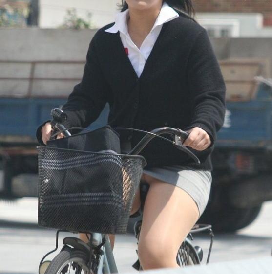 【自転車OLエロ画像】OLスーツのタイトスカートの太ももや美尻、パンチラが堪らなさすぎるOL自転車のエロ画像集!ww【80枚】 44