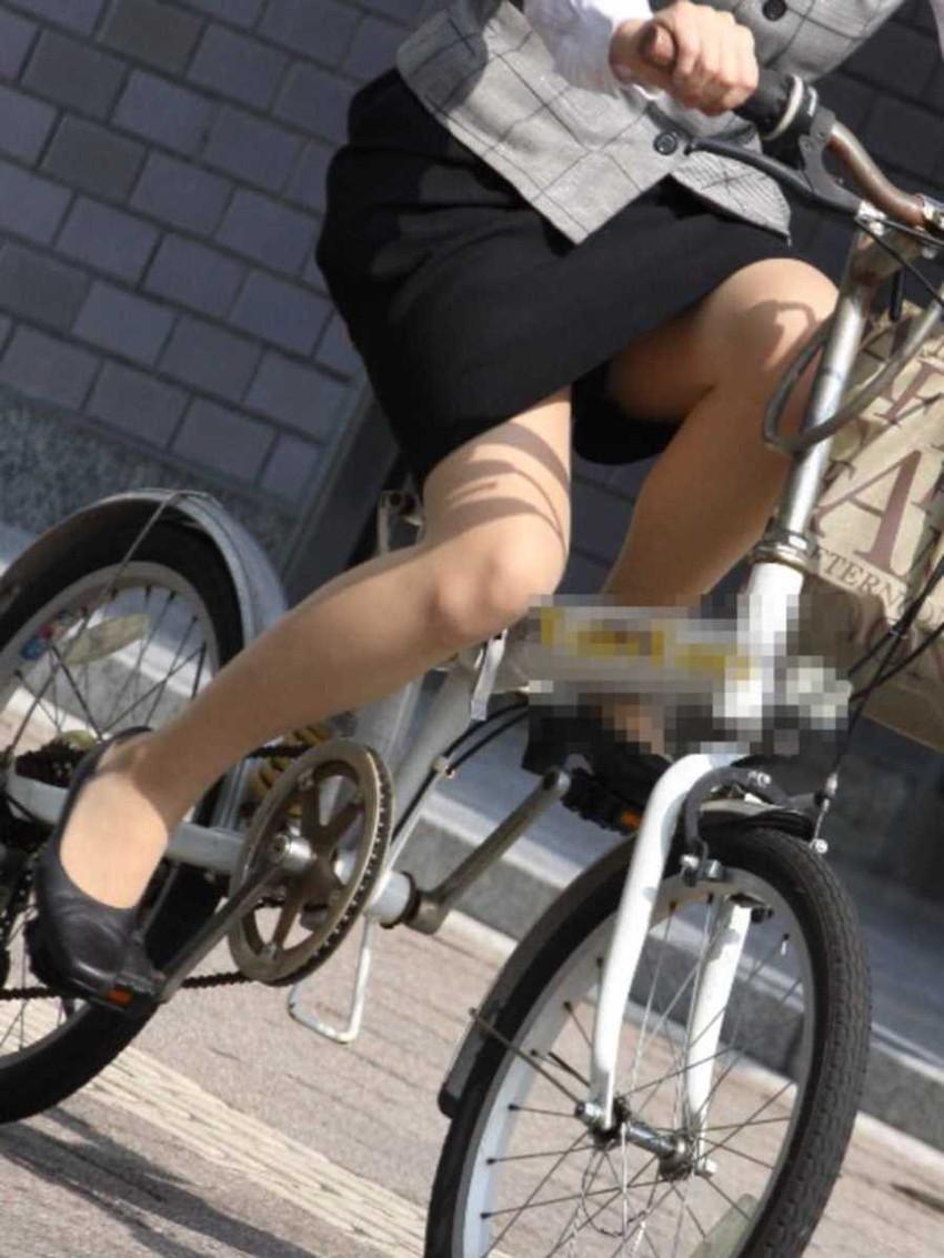 【自転車OLエロ画像】OLスーツのタイトスカートの太ももや美尻、パンチラが堪らなさすぎるOL自転車のエロ画像集!ww【80枚】 46