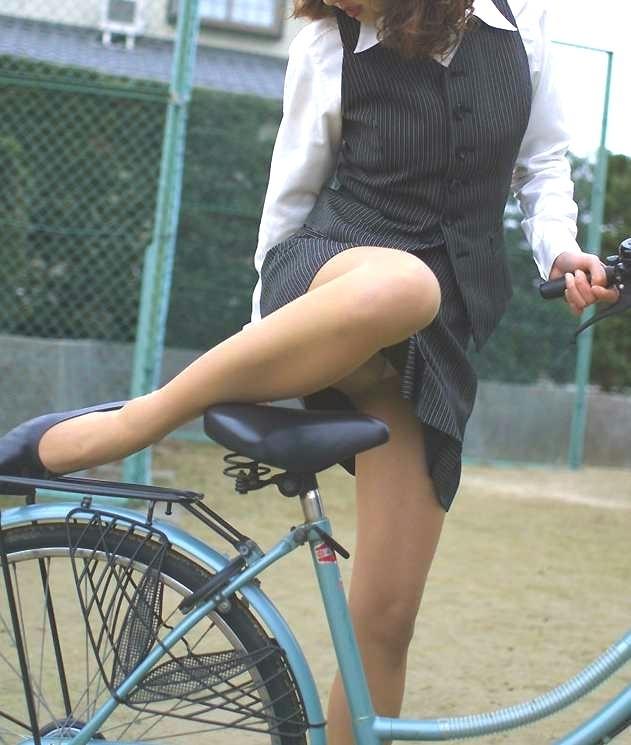 【自転車OLエロ画像】OLスーツのタイトスカートの太ももや美尻、パンチラが堪らなさすぎるOL自転車のエロ画像集!ww【80枚】 47