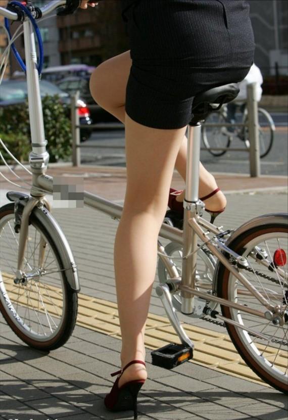 【自転車OLエロ画像】OLスーツのタイトスカートの太ももや美尻、パンチラが堪らなさすぎるOL自転車のエロ画像集!ww【80枚】 50