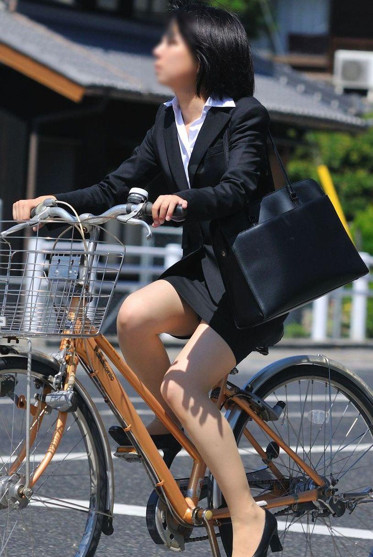 【自転車OLエロ画像】OLスーツのタイトスカートの太ももや美尻、パンチラが堪らなさすぎるOL自転車のエロ画像集!ww【80枚】 55