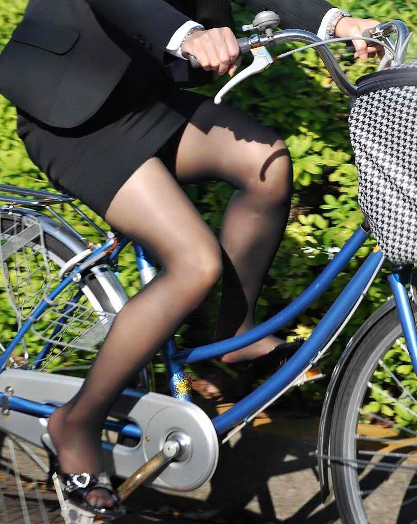 【自転車OLエロ画像】OLスーツのタイトスカートの太ももや美尻、パンチラが堪らなさすぎるOL自転車のエロ画像集!ww【80枚】 56
