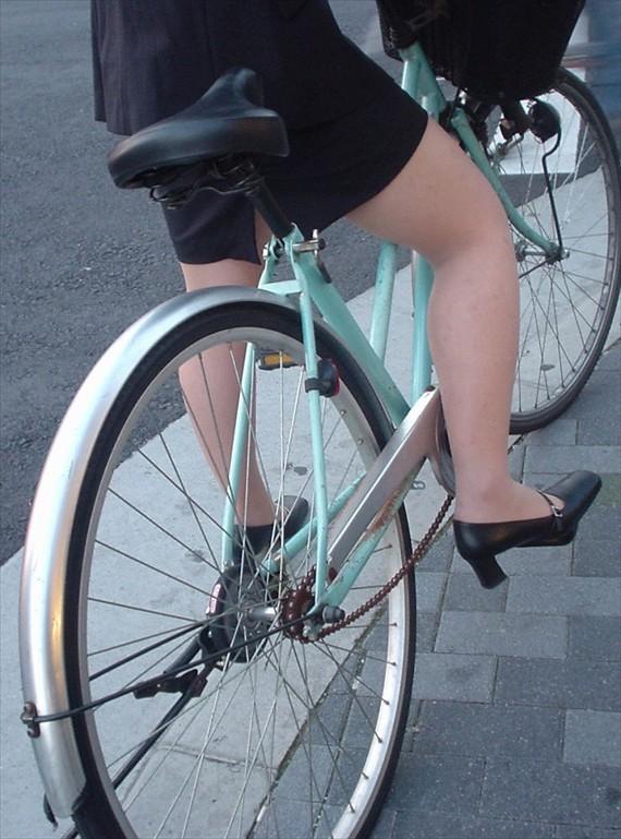 【自転車OLエロ画像】OLスーツのタイトスカートの太ももや美尻、パンチラが堪らなさすぎるOL自転車のエロ画像集!ww【80枚】 61