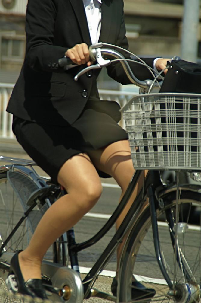 【自転車OLエロ画像】OLスーツのタイトスカートの太ももや美尻、パンチラが堪らなさすぎるOL自転車のエロ画像集!ww【80枚】 63