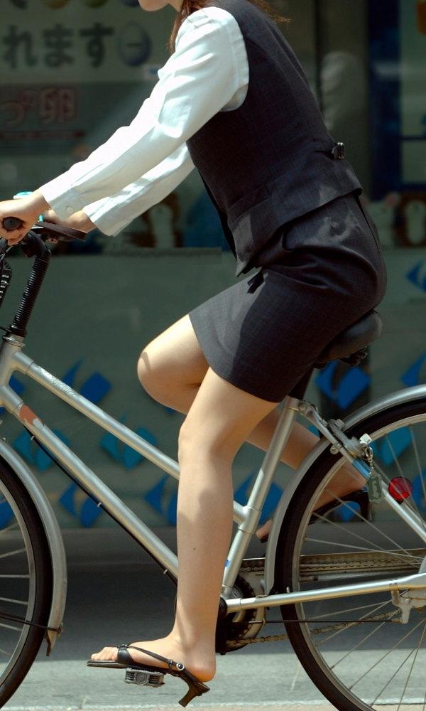 【自転車OLエロ画像】OLスーツのタイトスカートの太ももや美尻、パンチラが堪らなさすぎるOL自転車のエロ画像集!ww【80枚】 66