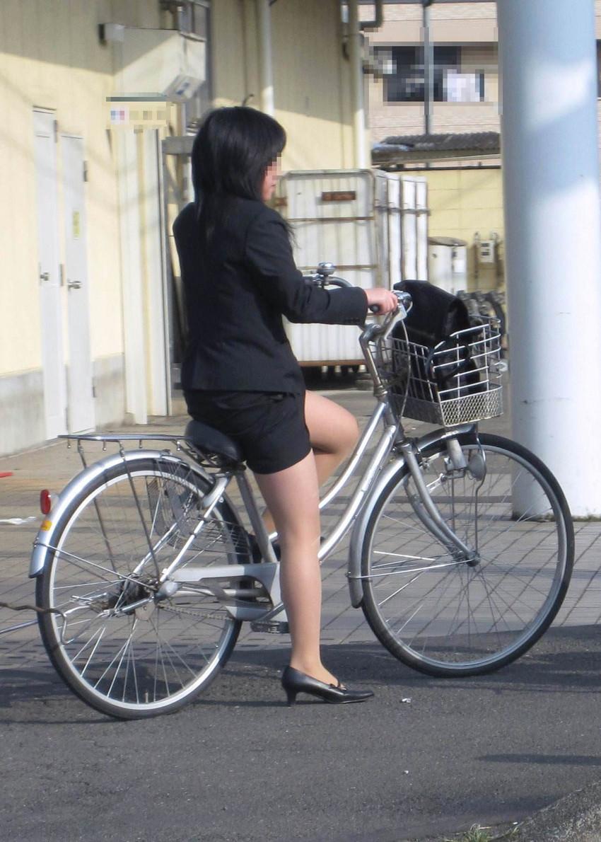 【自転車OLエロ画像】OLスーツのタイトスカートの太ももや美尻、パンチラが堪らなさすぎるOL自転車のエロ画像集!ww【80枚】 67