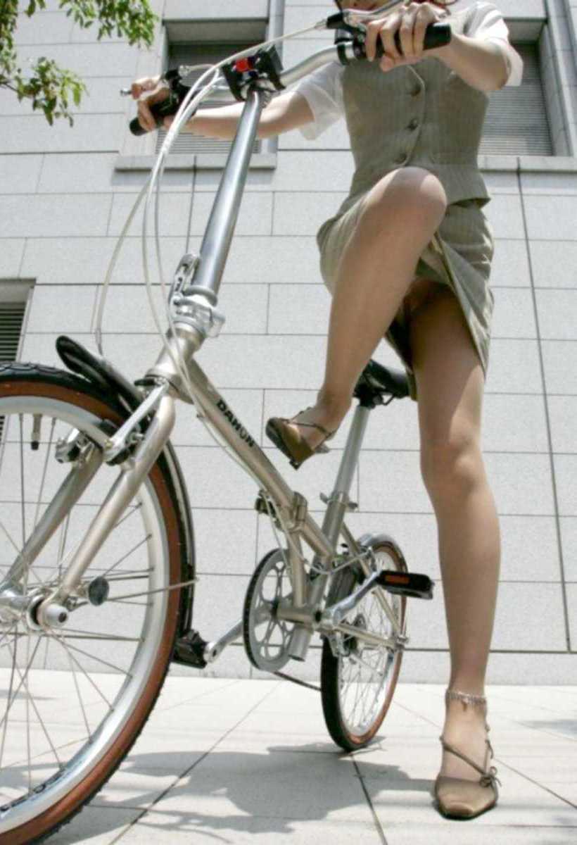 【自転車OLエロ画像】OLスーツのタイトスカートの太ももや美尻、パンチラが堪らなさすぎるOL自転車のエロ画像集!ww【80枚】 68