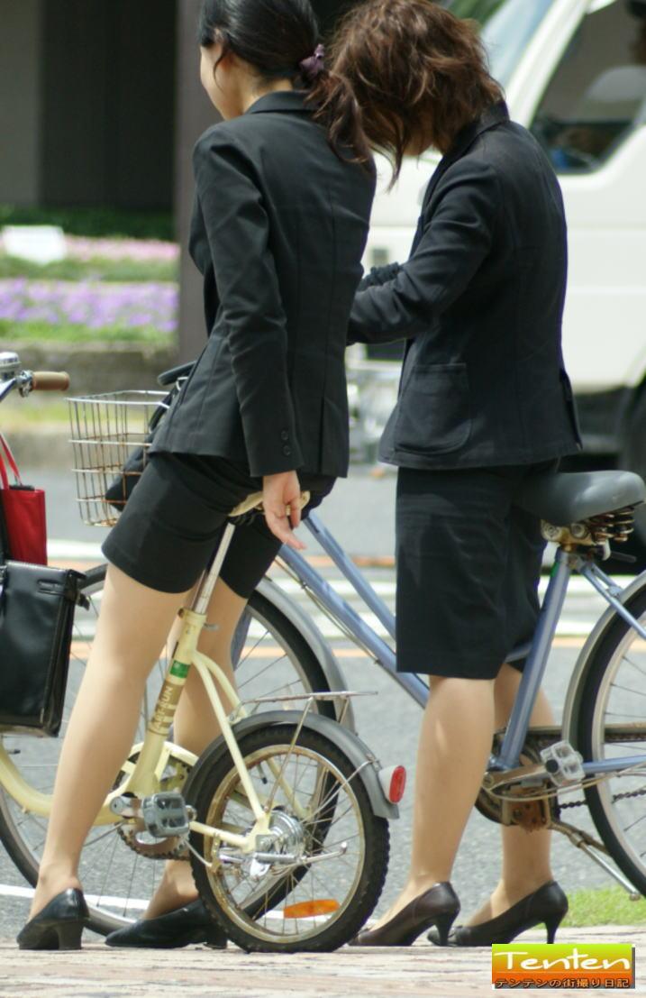 【自転車OLエロ画像】OLスーツのタイトスカートの太ももや美尻、パンチラが堪らなさすぎるOL自転車のエロ画像集!ww【80枚】 70