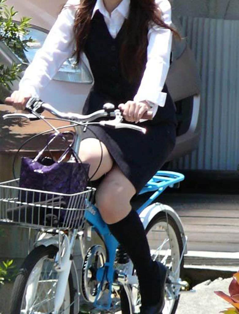 【自転車OLエロ画像】OLスーツのタイトスカートの太ももや美尻、パンチラが堪らなさすぎるOL自転車のエロ画像集!ww【80枚】 71