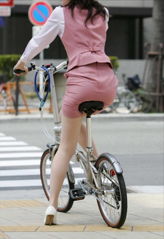【自転車OLエロ画像】OLスーツのタイトスカートの太ももや美尻、パンチラが堪らなさすぎるOL自転車のエロ画像集!ww【80枚】 72