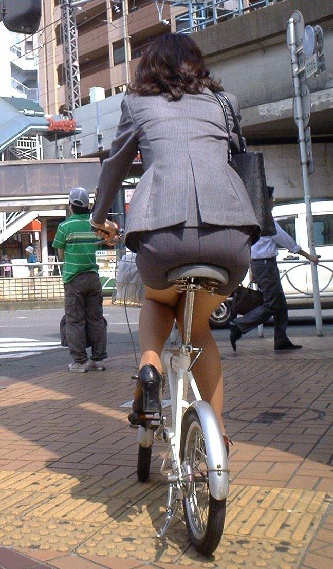 【自転車OLエロ画像】OLスーツのタイトスカートの太ももや美尻、パンチラが堪らなさすぎるOL自転車のエロ画像集!ww【80枚】 75