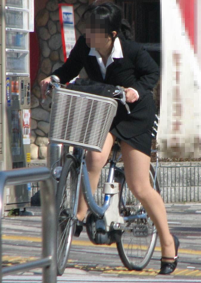 【自転車OLエロ画像】OLスーツのタイトスカートの太ももや美尻、パンチラが堪らなさすぎるOL自転車のエロ画像集!ww【80枚】 77