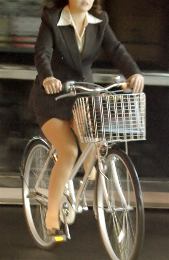 【自転車OLエロ画像】OLスーツのタイトスカートの太ももや美尻、パンチラが堪らなさすぎるOL自転車のエロ画像集!ww【80枚】 78