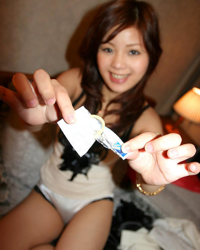 【コンドーム装着エロ画像】彼女やセフレがコンドーム装着してくれる姿が最高にエロい!フェラや手コキしながらゴムをハメてくれてるコンドーム装着のエロ画像集ww【80枚】 78