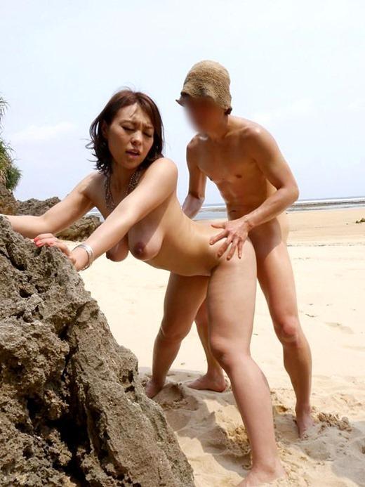 【ビーチセックスエロ画像】開放的な夏のビーチで水着ギャルのビキニをずらして乱交セックス!!海岸で我慢できずに青姦しちゃったビーチセックスのエロ画像集!ww【80枚】 23