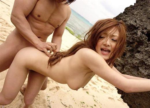 【ビーチセックスエロ画像】開放的な夏のビーチで水着ギャルのビキニをずらして乱交セックス!!海岸で我慢できずに青姦しちゃったビーチセックスのエロ画像集!ww【80枚】 34