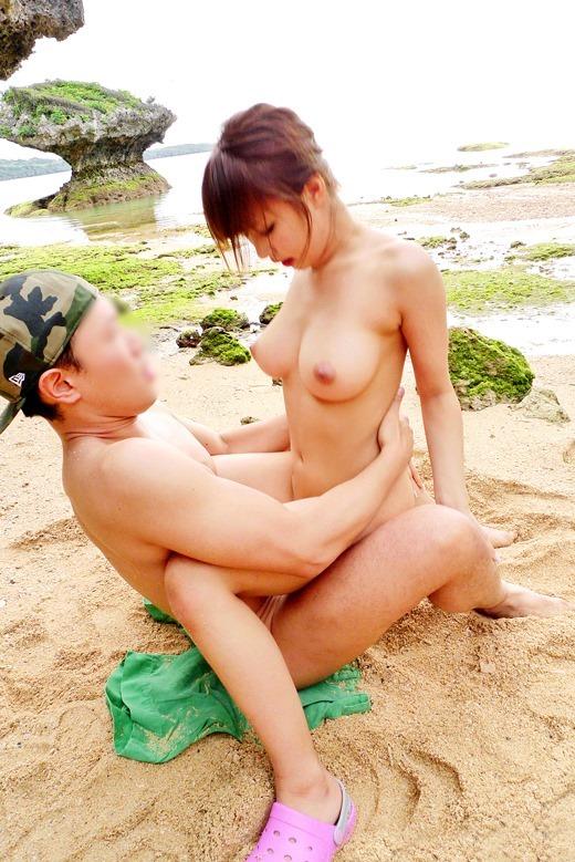 【ビーチセックスエロ画像】開放的な夏のビーチで水着ギャルのビキニをずらして乱交セックス!!海岸で我慢できずに青姦しちゃったビーチセックスのエロ画像集!ww【80枚】 53
