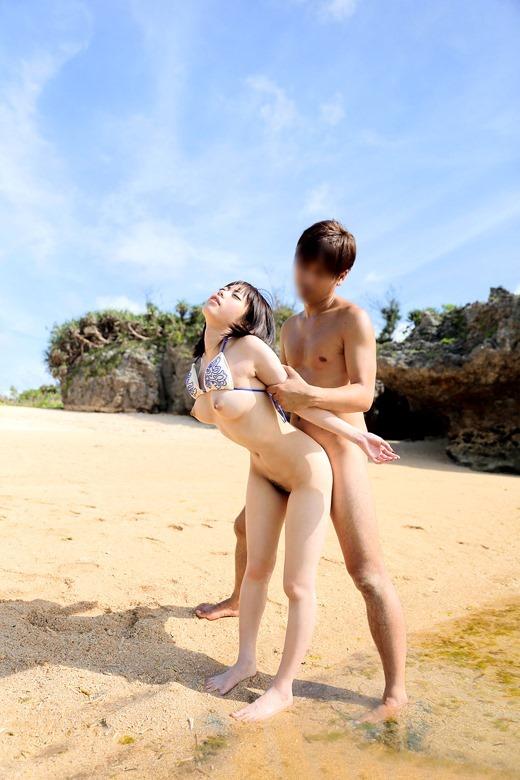 【ビーチセックスエロ画像】開放的な夏のビーチで水着ギャルのビキニをずらして乱交セックス!!海岸で我慢できずに青姦しちゃったビーチセックスのエロ画像集!ww【80枚】 55