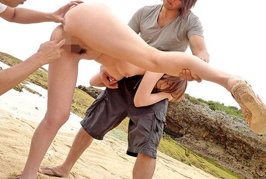 【ビーチセックスエロ画像】開放的な夏のビーチで水着ギャルのビキニをずらして乱交セックス!!海岸で我慢できずに青姦しちゃったビーチセックスのエロ画像集!ww【80枚】 78