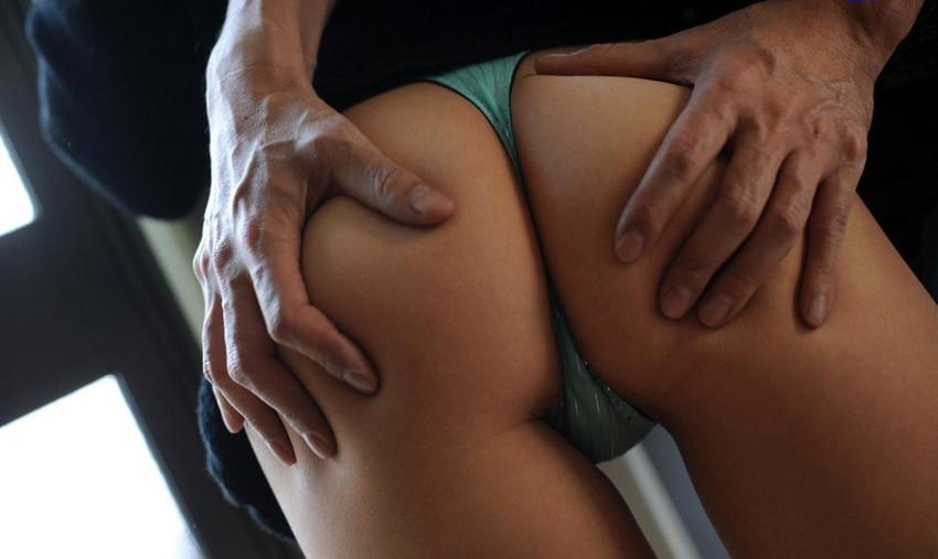 【尻揉みエロ画像】女子の美尻を両手で揉みしだいたり、握力強めでデカ尻を掴みまくった尻揉みのエロ画像集!ww【80枚】 35