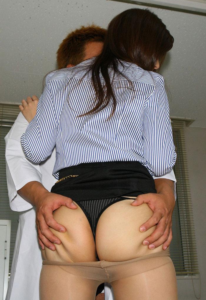 【尻揉みエロ画像】女子の美尻を両手で揉みしだいたり、握力強めでデカ尻を掴みまくった尻揉みのエロ画像集!ww【80枚】 45