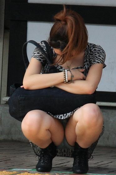 【しゃがみパンチラエロ画像】素人の美少女やお姉さん達が街中でしゃがんでパンチラしてるのに気づかないとかマジ神!モリマン股間を盗撮したったしゃがみパンチラのエロ画像集!ww【80枚】 30
