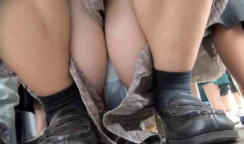 【しゃがみパンチラエロ画像】素人の美少女やお姉さん達が街中でしゃがんでパンチラしてるのに気づかないとかマジ神!モリマン股間を盗撮したったしゃがみパンチラのエロ画像集!ww【80枚】 44