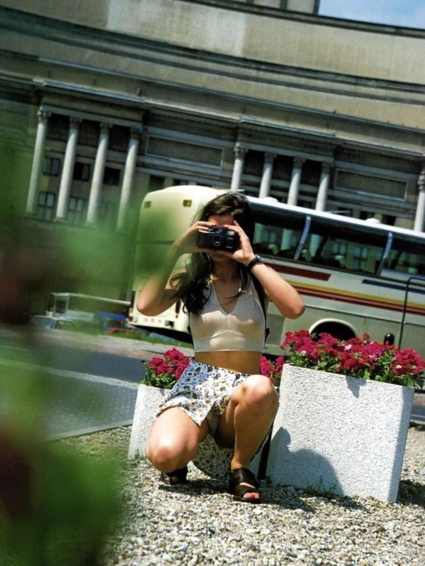 【しゃがみパンチラエロ画像】素人の美少女やお姉さん達が街中でしゃがんでパンチラしてるのに気づかないとかマジ神!モリマン股間を盗撮したったしゃがみパンチラのエロ画像集!ww【80枚】 46