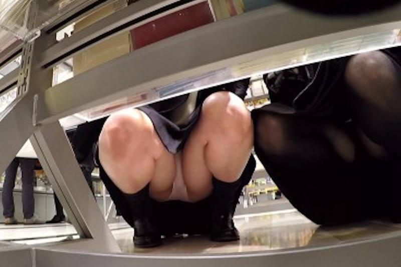 【しゃがみパンチラエロ画像】素人の美少女やお姉さん達が街中でしゃがんでパンチラしてるのに気づかないとかマジ神!モリマン股間を盗撮したったしゃがみパンチラのエロ画像集!ww【80枚】 55