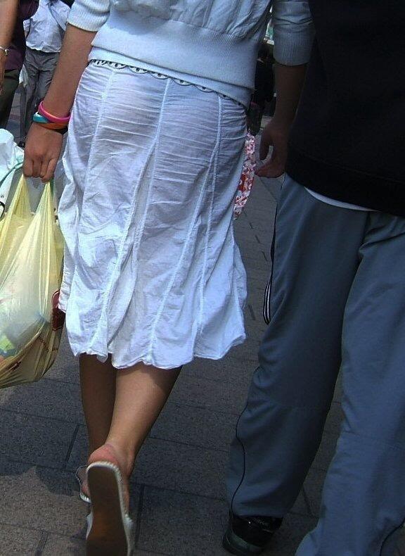 【透けスカートエロ画像】スカート透けてパンティー丸見えなのに気づかない素人女子たちの透けスカートのエロ画像集!ww【80枚】 13