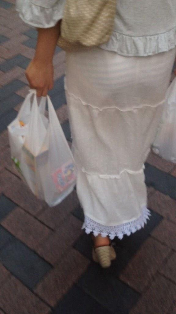【透けスカートエロ画像】スカート透けてパンティー丸見えなのに気づかない素人女子たちの透けスカートのエロ画像集!ww【80枚】 18