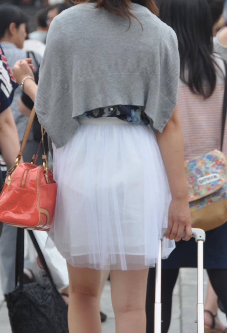 【透けスカートエロ画像】スカート透けてパンティー丸見えなのに気づかない素人女子たちの透けスカートのエロ画像集!ww【80枚】 32